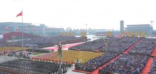 驕傲!今天上午,鞏月瓊代表福田汽車乘坐國慶彩車向祖國致敬!